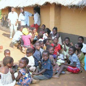 01. Dzieci przed szkołą w buszu