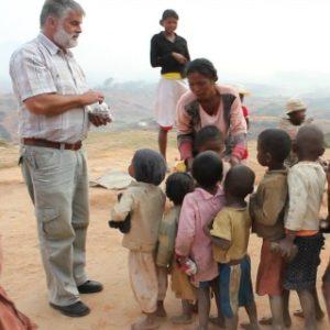 O. Kasperczyk rozdaje dzieciom spotkanym w drodze cukierki