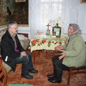 O. Tadeusz Sarota SJ, misjonarz na Ukrainie podczas odwiedzin chorych