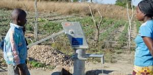 Nowowywywiercona studnia głębinowa we wiosce parafii Chikuni