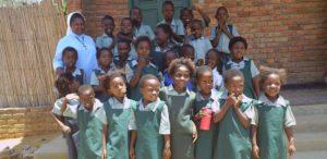 01. Dzieci przed szkołą w Malawi