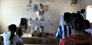 02b. o. Józef Pawłowski podczas Mszy św. w kościółku w buszu na Madagaskarze