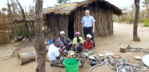 04. O. Józef Oleksy SJ z afrykańską rodziną przed domem w Malawi