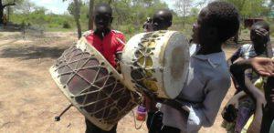 07. Chłopcy z wioski Akol Jal grają na bębnach.