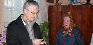 O. Tadeusz Sarota SJ, z Komunią św. u chorych w parafii