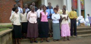Studenci przed kościołem
