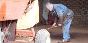 Jean Claude z Francji podczas pracy przy maszynie żniwnej.