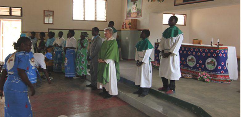 NIEDZIELA AD GENTES. O. L. Zapała SJ w kościele pw. sw. Teresy w Chankhosi podczas lit. Mszy sw.