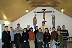 Grupa rekolektantów z o. Olegiem w kaplicy