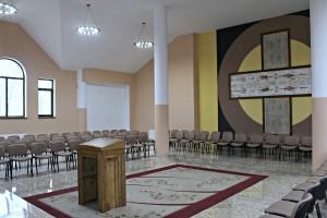 wnetrze kaplicy meczennikow w  planie glowny krzyz z calunem Turynskim i nazwiskami meczennikow