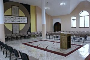 wnetrze kaplicy meczennikow w  planie glowny krzyz z calunem Turynskim i nazwiskami meczennikow2