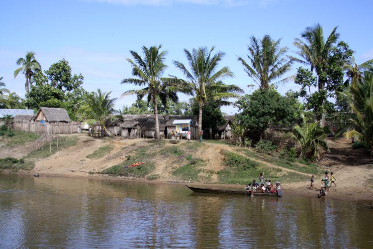 Wioska malgaska nad rzeką